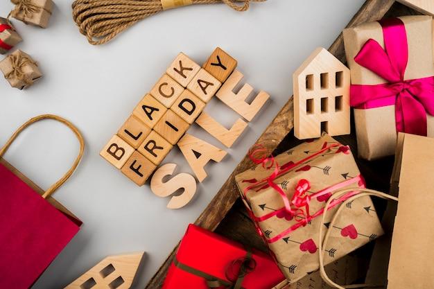 Schwarzer freitag-würfel und -geschenke auf einfachem und hölzernem hintergrund Kostenlose Fotos