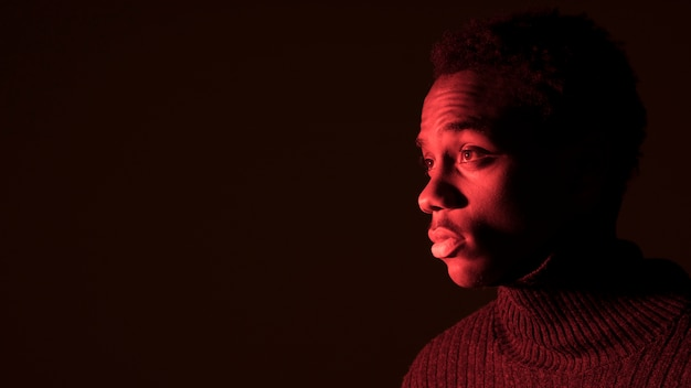 Schwarzer junge posiert Kostenlose Fotos