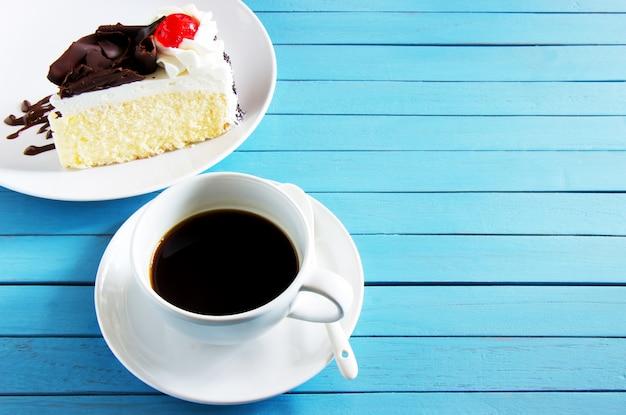 Schwarzer kaffee auf weißer tasse und kuchen Premium Fotos