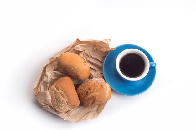 Schwarzer kaffee und vollkornbrot zum frühstück auf weißem hintergrund Kostenlose Fotos