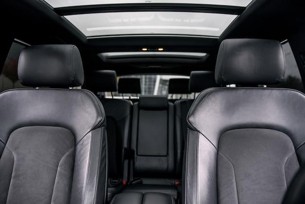 Schwarzer lederner innenraum des modernen luxusautos. Premium Fotos