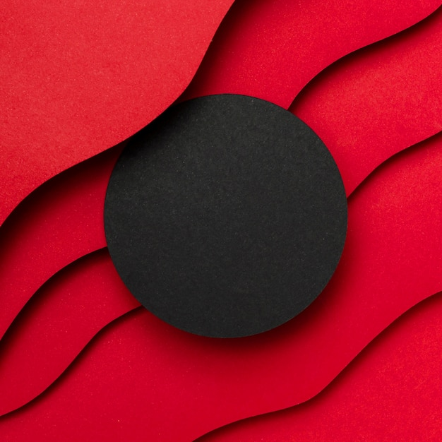 Schwarzer leerer kreis und gewellte schichten des roten hintergrunds Kostenlose Fotos