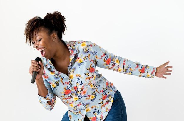 Schwarzer leidenschaftlicher frauensänger, der karaoke singt Premium Fotos
