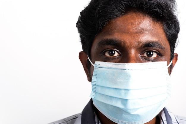 Schwarzer mann, der gesichtsmaske trägt, die vor virus coronavirus schützt Premium Fotos