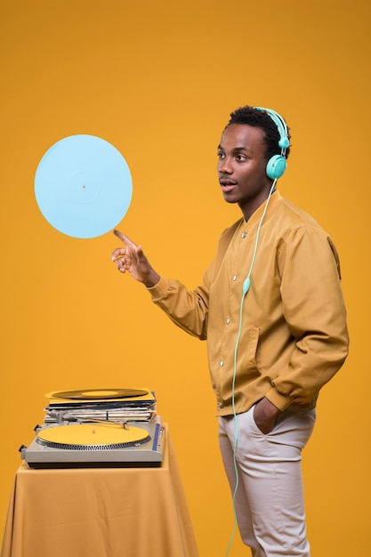 Schwarzer mann, der mit vinyls aufwirft Kostenlose Fotos