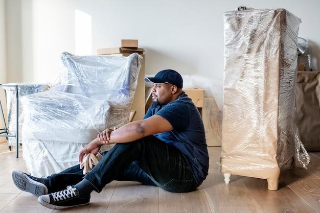 Schwarzer mann, der möbel bewegt Premium Fotos
