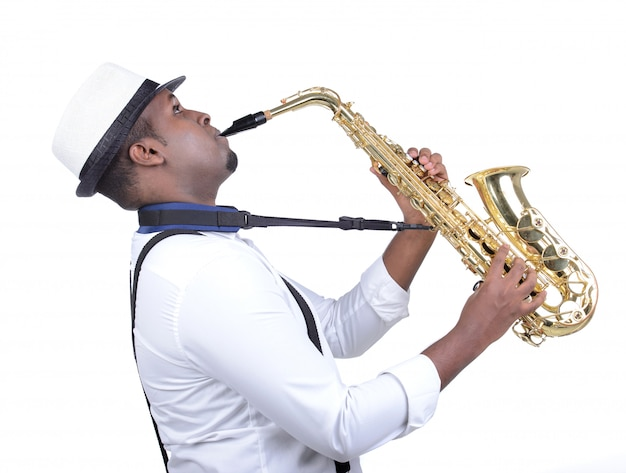 Schwarzer mann des saxophonisten im weißen hemd. Premium Fotos