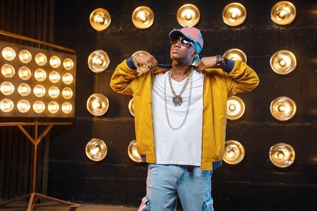 Schwarzer rapper in mütze, leistung auf der bühne Premium Fotos