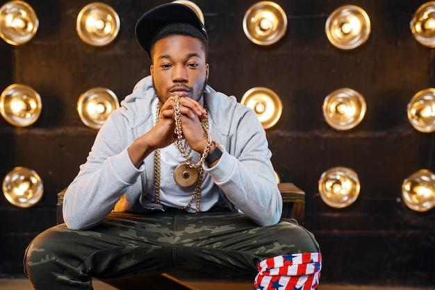 Schwarzer rapper in mützenposen, leistung auf der bühne Premium Fotos