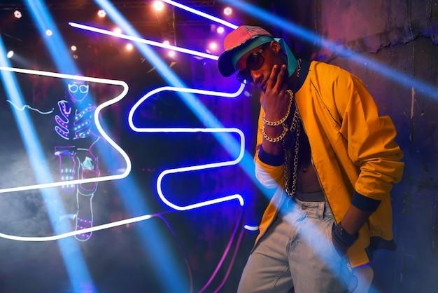 Schwarzer rapper, musiker im club mit neonlichtern Premium Fotos