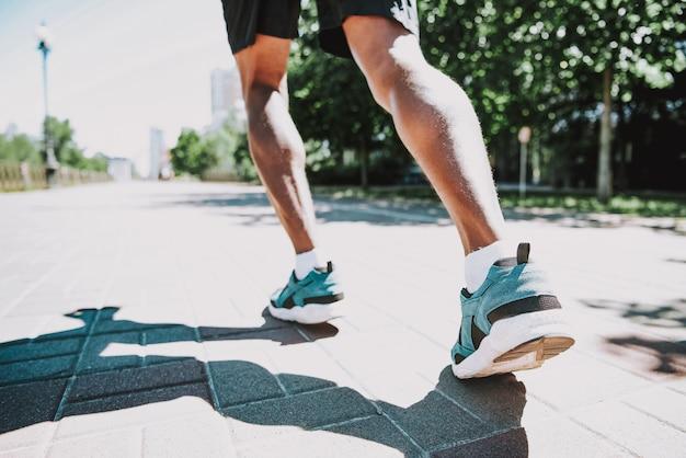 Schwarzer rüttler im park-aktiven und gesunden lebensstil Premium Fotos