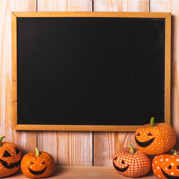 Schwarzer schreibtisch in der nähe von weichen halloween-spielzeug Kostenlose Fotos