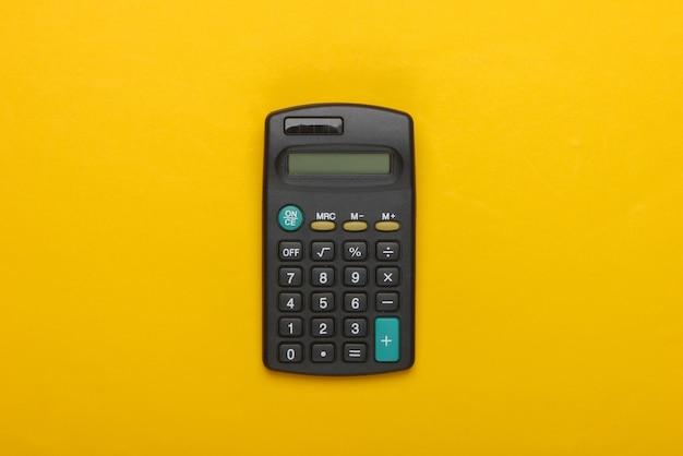 Schwarzer taschenrechner auf gelb. Premium Fotos
