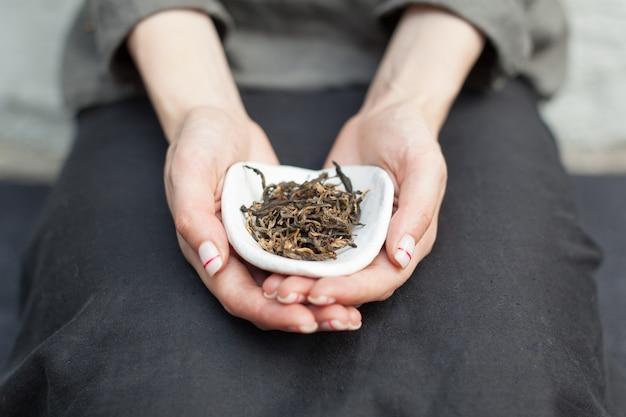 Schwarzer tee für den chinesischen tee, der in den händen trinkt Premium Fotos