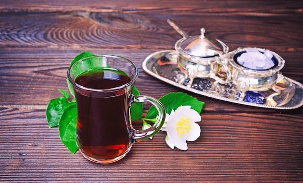 Schwarzer tee in einem klarglasglas mit einem griff Premium Fotos