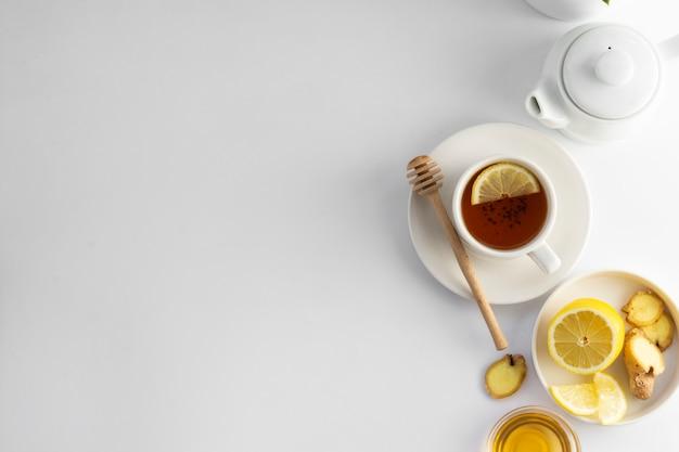 Schwarzer tee mit zitrone und honig auf einem weißen hintergrund Premium Fotos