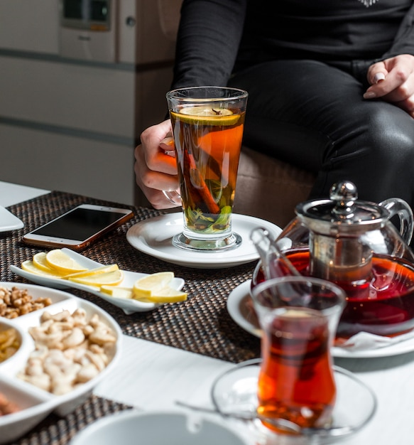 Schwarzer tee mit zitrone und zimt Kostenlose Fotos