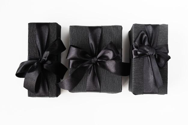 Schwarzes eingewickelte geschenke auf normalem hintergrund Kostenlose Fotos