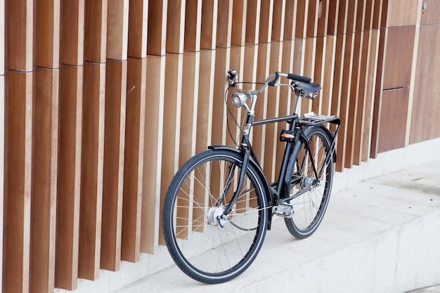 Schwarzes fahrrad auf einer modernen wand unterstützt Premium Fotos
