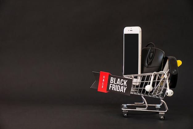 Schwarzes freitag konzept mit smartphone in wagen und raum Kostenlose Fotos