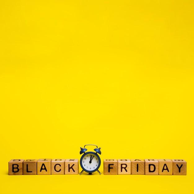 Schwarzes freitag-wort auf gelbem hintergrund mit kopienraum Kostenlose Fotos