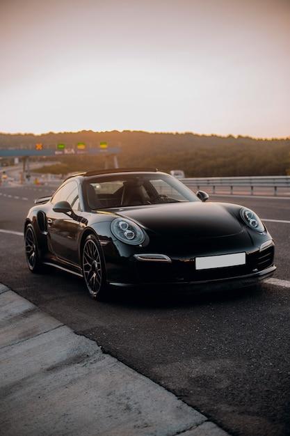 Schwarzes mini-coupé unterwegs. Kostenlose Fotos