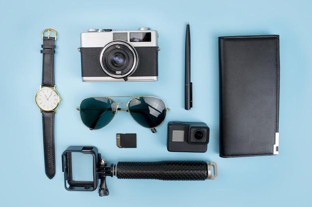 Schwarzes themazubehör für junges touristen reise-konzept. Premium Fotos