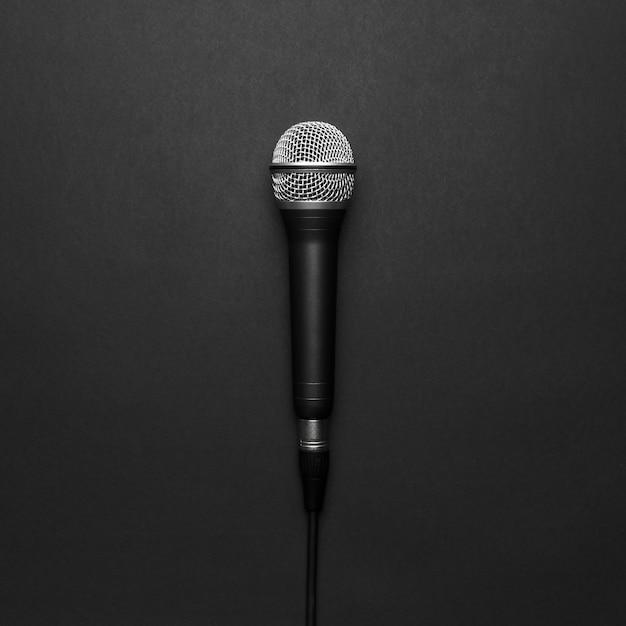 Schwarzes und silbernes mikrofon auf einem schwarzen hintergrund Kostenlose Fotos