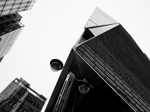 Schwarzweiss-ansicht von wolkenkratzern in südkorea Premium Fotos