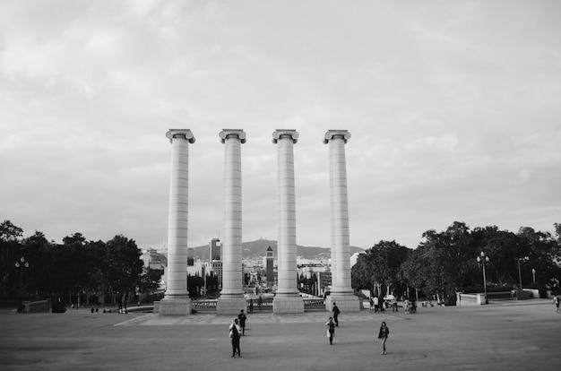 Schwarzweiss-aufnahme von architektonischen säulen im park Kostenlose Fotos