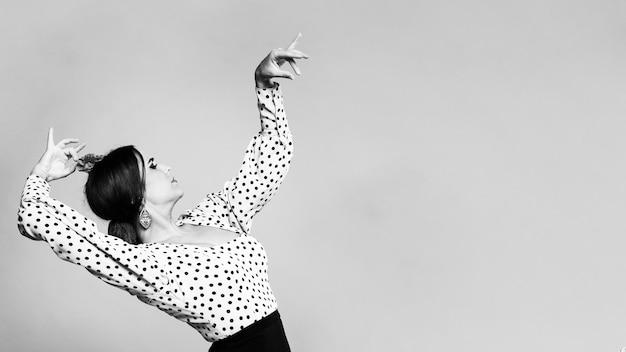Schwarzweiss-flamencatänzer, der zurück mit kopienraum verbiegt Kostenlose Fotos