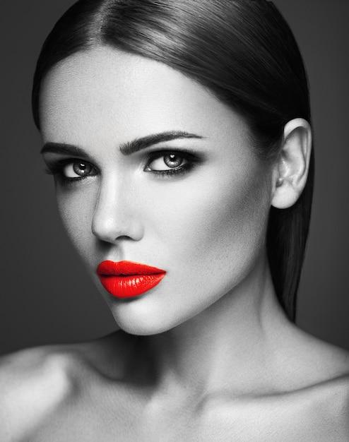 Schwarzweiss-foto sinnlicher schönheitsmodelldame mit den roten lippen und sauberem gesundem hautgesicht Kostenlose Fotos