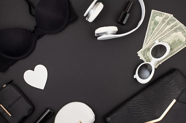 Schwarzweiss-frauenzubehör, wäsche, handtasche und geldebenenlage Premium Fotos