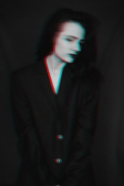Schwarzweiss-porträt des mädchens mit störschubeffekt und -unschärfe Premium Fotos