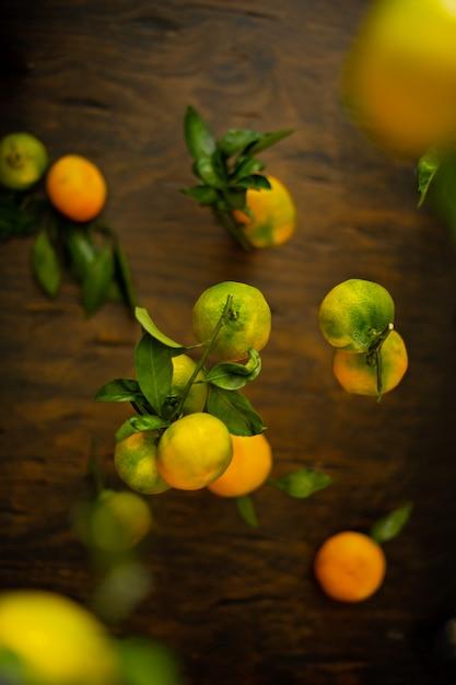 Schwebende rohe grüne und orange mandarinen. Premium Fotos