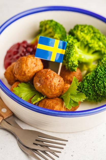 Schwedische fleischbällchen mit brokkoli- und preiselbeersoße. schwedisches traditionelles lebensmittelkonzept. Premium Fotos