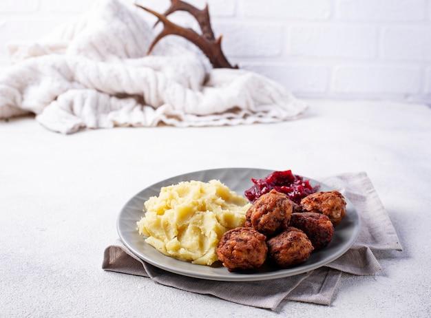 Schwedische fleischbällchen mit kartoffelpüree Premium Fotos