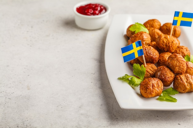 Schwedische traditionelle fleischklöschen auf weißer platte. schwedisches essen-konzept. Premium Fotos