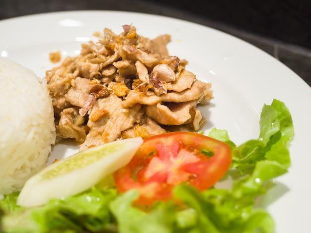 Schweinefleisch gebraten mit knusprigem knoblauch, thailändisches lebensmittel Premium Fotos