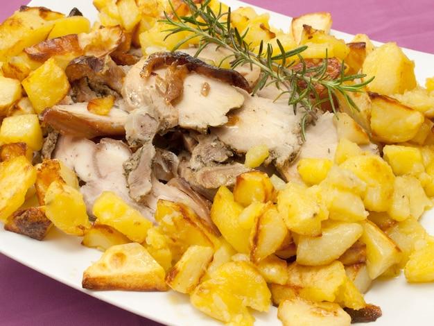Schweinefleisch und kartoffeln mit olivenöl und rosmarin gebraten Premium Fotos