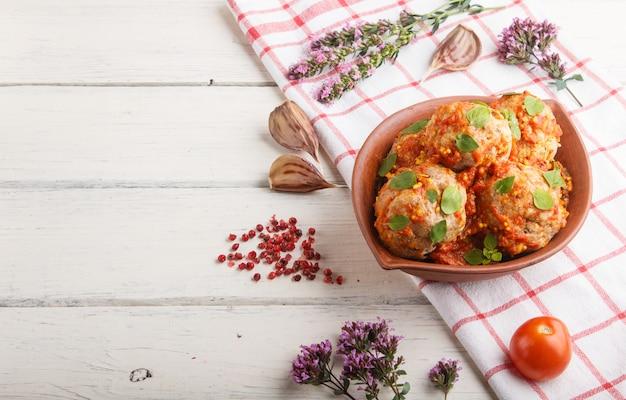 Schweinefleischbällchen mit tomatensauce Premium Fotos