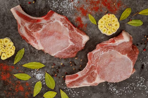 Schweinekotelett mit lorbeerblatt und rotem pfeffer Premium Fotos
