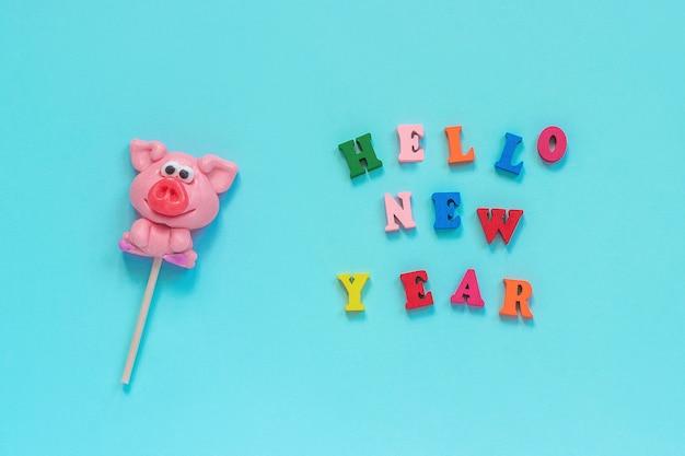 Schweinelutscher und text hallo neues jahr Premium Fotos