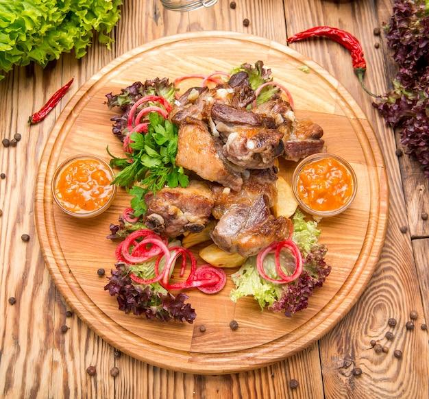 Schweinerippchen mit pommes frites Premium Fotos