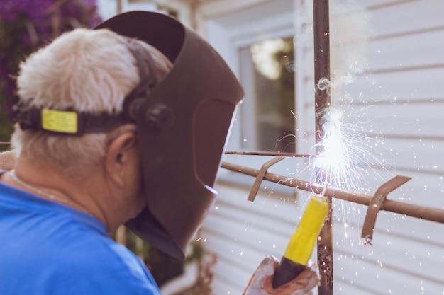 Schweißarbeiter reparieren metallkonstruktion Premium Fotos