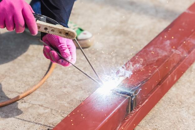 Schweißensstahl des bauarbeiters für dachkonstruktion Premium Fotos