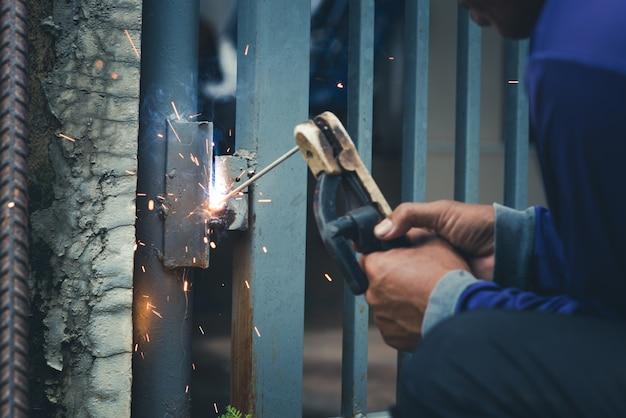 Schweißer, handwerker, aufrichtender technischer stahl industriestahlschweißer, nicht sicherheit Premium Fotos