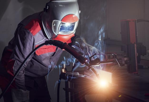 Schweißroboterbewegung in einer autofabrik Premium Fotos