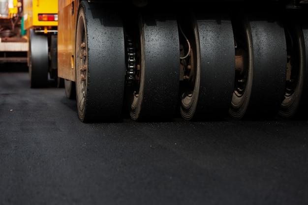 Schwere vibrationswalze bei asphaltarbeiten, schwere maschinenarbeiten. Premium Fotos