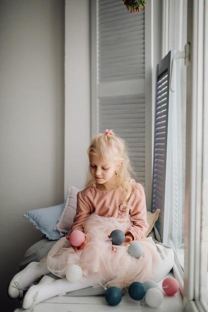 Schwester zwei, die für bild während des familienfotoschießen aufwirft Kostenlose Fotos
